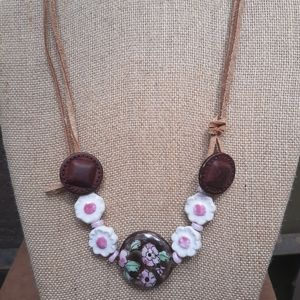Choker with porcelain beads, leather buttons, sued